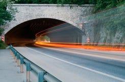 автомобиль освещает тропки Стоковая Фотография