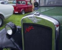 Автомобиль Остина винтажный в дожде стоковая фотография