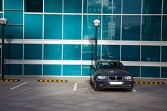 Автомобиль о здании Стоковое Изображение RF