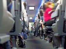 Автомобиль пассажира железнодорожный с туристами и багажом Стоковые Изображения