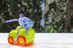Автомобиль пасхи салатовый с голубым яичком стоковое фото rf