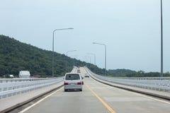 Автомобиль побежал через мост Стоковое Изображение RF