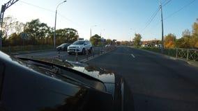Автомобиль поворачивает право на пересечение и продолжает управлять вдоль шоссе Высоко--motio акции видеоматериалы