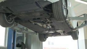 Автомобиль поднят на подъем для диагноза видеоматериал