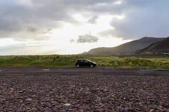Автомобиль поездки в одичалое одном стоковые фотографии rf