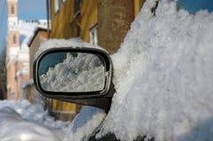 автомобиль покрыл снежок зеркала Стоковая Фотография