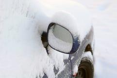 автомобиль покрыл снежок зеркала Стоковое фото RF