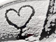 автомобиль покрыл снежок Сердца на покрытом снег автомобиле Сердце символ влюбленности Стоковая Фотография RF