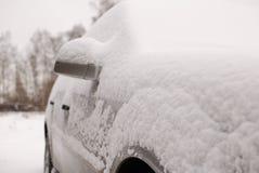 автомобиль покрыл снежок Стоковые Фото