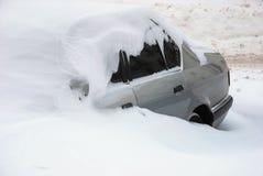 автомобиль покрыл снежок Стоковое Фото