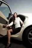 автомобиль получая ее вне женщину Стоковая Фотография RF