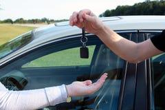 автомобиль пользуется ключом новая к Стоковая Фотография RF