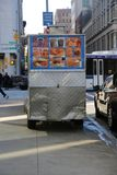 Автомобиль поставщика Нью-Йорка и желтое такси проходя мимо Стоковые Фото