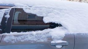 Автомобиль, предусматриванный с толстым слоем снега Отрицательное последствие сильных снегопадов стоковая фотография
