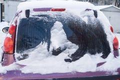 Автомобиль, предусматриванный с толстым слоем снега Отрицательное последствие сильных снегопадов Конец-вверх стоковые изображения