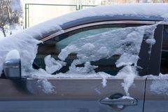Автомобиль, предусматриванный с толстым слоем снега Отрицательное последствие сильных снегопадов стоковые фото