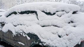 Автомобиль, предусматриванный с толстым слоем снега Отрицательное последствие сильных снегопадов стоковые изображения