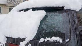 Автомобиль, предусматриванный с толстым слоем снега Отрицательное последствие сильных снегопадов припаркованные автомобили покрыт стоковые изображения rf