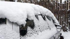 Автомобиль, предусматриванный с толстым слоем снега Отрицательное последствие сильных снегопадов припаркованные автомобили стоковое фото