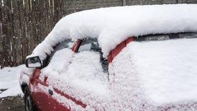 Автомобиль, предусматриванный с толстым слоем снега Отрицательное последствие сильных снегопадов припаркованные автомобили стоковые фотографии rf