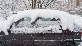 Автомобиль, предусматриванный с толстым слоем снега Отрицательное последствие сильных снегопадов припаркованные автомобили стоковые изображения