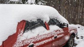 Автомобиль, предусматриванный с толстым слоем снега Отрицательное последствие сильных снегопадов припаркованные автомобили стоковое изображение