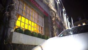 Автомобиль припарковал около дорогого ресторана, назначения дела, выравнивая время сток-видео