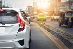 Автомобиль припаркованный на улице, автомобиль припарковал на дороге Стоковые Фотографии RF