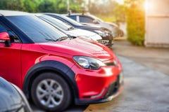 Автомобиль припаркованный на улице, автомобиль припарковал на дороге Стоковое Фото