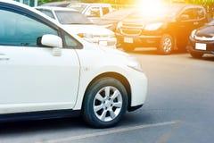 Автомобиль припаркованный на улице, автомобиль припарковал на дороге Стоковые Фото
