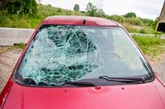 Автомобиль при стекло разрушенное автомобильной катастрофой Стоковые Изображения