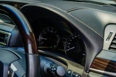 Автомобиль пробега, рулевое колесо и приборная панель внутренность автомобиля стоковая фотография rf