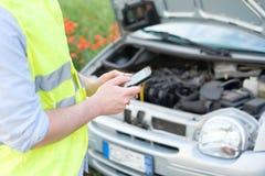автомобиль пролома вниз обслуживание замены масла автомобиля шара поднятое подъемом Обслуживание кудели emergency стоковое фото rf