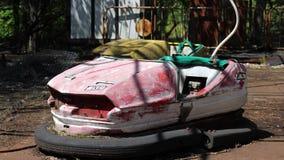 Автомобиль ржавого бампера детей электрический в город-привидении Pripyat, зоне отчуждения Украине Чернобыль акции видеоматериалы