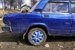 Автомобиль русского изготовления после аварии с царапинами вдавленных мест и дефектами части тела стоковое изображение