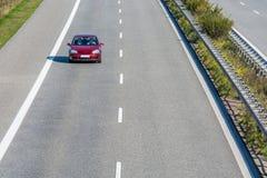 Автомобиль самостоятельно на скоростном шоссе стоковые изображения