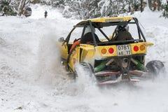 Автомобиль смещает в снег стоковая фотография rf