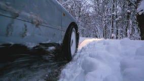 Автомобиль смещая в снег сток-видео