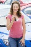 автомобиль собирая новую женщину стоковое фото rf