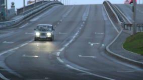 Автомобиль Советского Союза Moskvich управляет шоссе самостоятельно, света дальше, сумрак видеоматериал