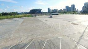 Автомобиль спорт вида с воздуха управляет вокруг земли и показывает смещение акции видеоматериалы