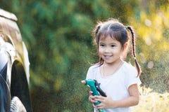 Автомобиль счастливой азиатской помощи девушки ребенка родительский моя Стоковые Изображения