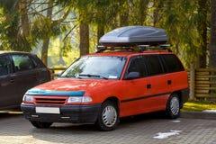 Автомобиль с контейнером коробки багажа крыши для перемещения Стоковые Фото