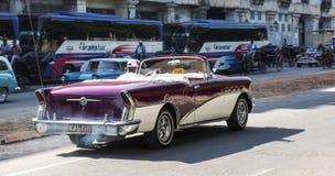 автомобиль с откидным верхом столетия Buik 1950s в Гаване Кубе стоковые фотографии rf