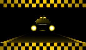Автомобиль такси ночи на дороге Стоковое Изображение