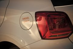 Автомобиль танка нефти белый с надписью только тепловозной Концепция топлива и дозаправлять Крышка топливного бака, тело автомоби стоковое изображение rf