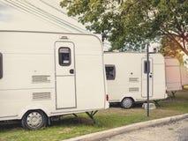 Автомобиль трейлера каравана располагаясь лагерем стоковое изображение