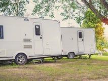 Автомобиль трейлера каравана располагаясь лагерем стоковая фотография rf