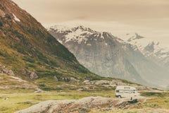 Автомобиль туриста в норвежских горах Стоковые Изображения RF