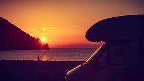 Автомобиль туриста на природе на восходе солнца Путешествия стоковое изображение